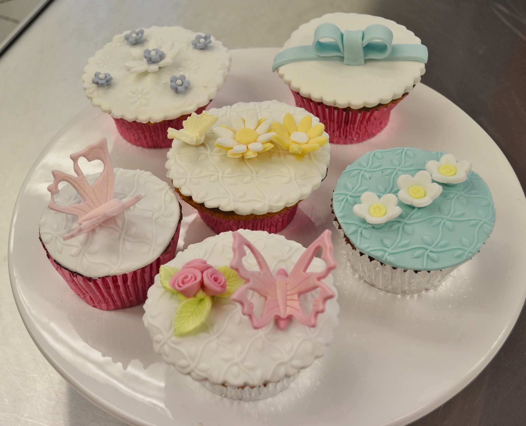 Cake Decorating Classes Logan : Cupcakes   Contemporary Cakes and Classes